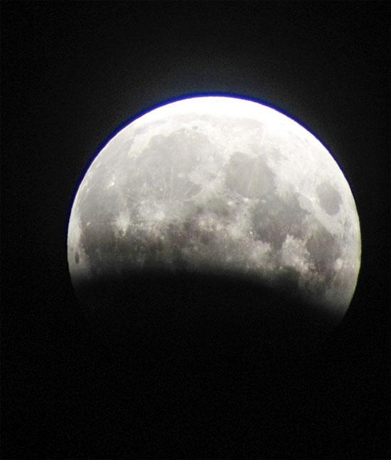 Hình ảnh nguyệt thực một phần được chụp từ Diamond Head, Oahu, Hawaii ngày 4/6/2012.