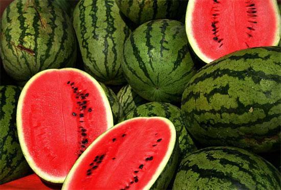 Bạn nên rửa dưa hấu dưới dòng nước lạnh bằng tay hoặc bằng bàn chải.