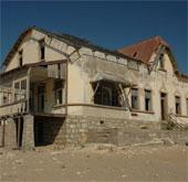 """Khám phá thị trấn """"ma"""" trên sa mạc ở Namibia"""