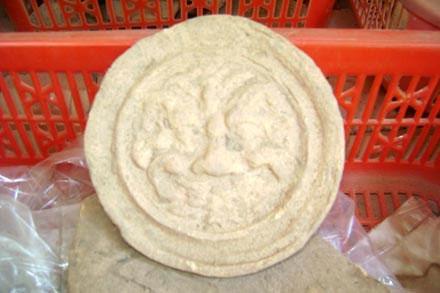 Trang trí đầu ngói chạm mặt kala - một hiện vật lạ phát hiện tại Mỹ Sơn.