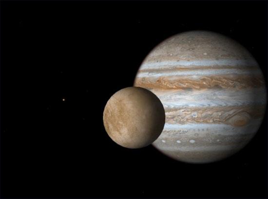 Hình minh họa vệ tinh Europa (thiên thể nhỏ hơn) và sao Mộc.