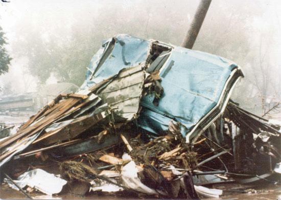 Những đợt mưa lớn trút xuống miền đông Black Hills, Nam Dakota (Mỹ) mùa hè năm 1972 đã gây ra trận lũ lịch sử trên sông Rapid Creek, nước lũ  tràn qua các con đập, nhấn chìm nhà cửa và giết chết 238 người