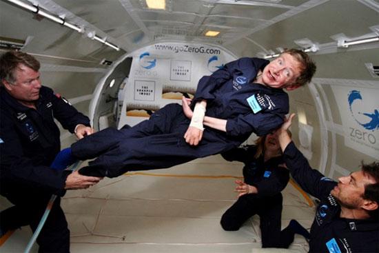 Stephen Hawking trải nghiệm cảm giác du hành vũ trụ trên một  chiếc máy bay được thiết lập ở tình trang không trọng lượng.