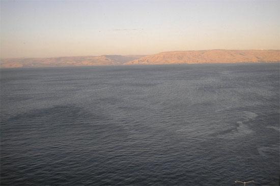 Bức ảnh về biển Galilee này được chụp gần thành phố cổ Tiberias. Cấu trúc  đá bí ẩn mới được phát hiện tọa lạc ở ngay phía nam.