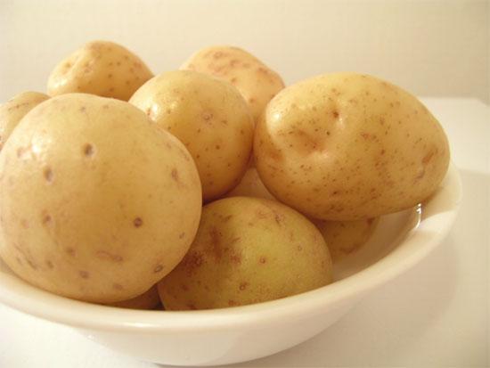 Ăn vài củ khoai tây luộc khi thức dậy sau bữa nhậu có thể  giúp giảm acid uric có hại cho cơ thể.