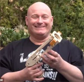 Sáng chế súng đeo bao cao su giật giải Bill Gates?