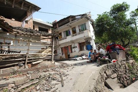 Dân chúng ở thị trấn Longmen, thành phố Nhã An huyện Lô Sơn tỉnh Tứ Xuyên, bỏ chạy khỏi nhà do lo ngại dư chấn sau động đất sáng 20/4.