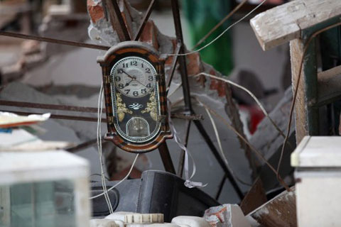 Một chiếc đồng hồ dừng ở lúc 7h50, thời điểm động đất xảy ra. Nhã An là nơi rất gần với tâm chấn.