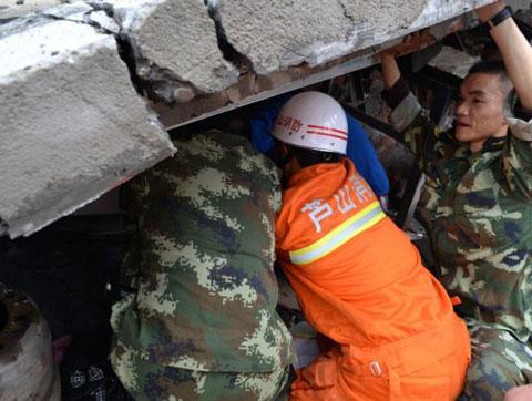 Hàng nghìn nhân viên cứu hộ và binh sĩ được huy động lập tức đến tứ Xuyên để tìm kiếm những người sống sót trong các đống đổ nát, hỗ trợ những người bị thương và mất nhà cửa.