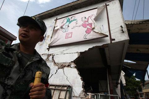 Trên những ngôi nhà đổ nát vẫn còn hình ảnh các tranh treo tường đặc trưng Trung Quốc.
