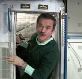 Video: Các phi hành gia ngủ trong tàu vũ trụ như thế nào?
