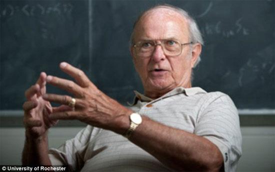 Giáo sư vật lý Carl Hagen, 76 tuổi, làm việc tại Đại  học Rochester, bang New York, Mỹ.