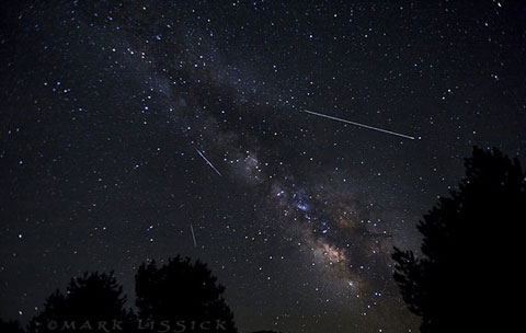 Những vệt sao băng khá rõ nét ở Hope Valley, CA. Theo các chuyên gia, người xem có thể quan sát sao băng Lyrids bằng mắt thường.