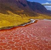 Lý giải nguyên nhân hồ nước đỏ như máu