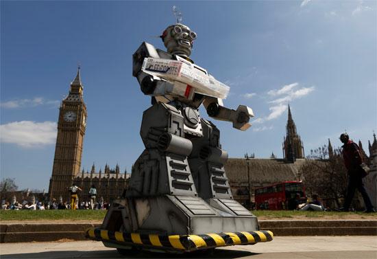 """Hình nộm robot do các thành viên """"Phong trào ngăn chặn các robot sát thủ"""" đặt trước Tòa nhà quốc hội và tu viện Westminster Abbey ngày 23/4."""