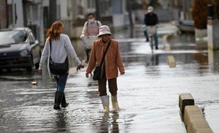 """Thủy triều """"xâm thực"""" nhiều thành phố Nhật sau động đất"""