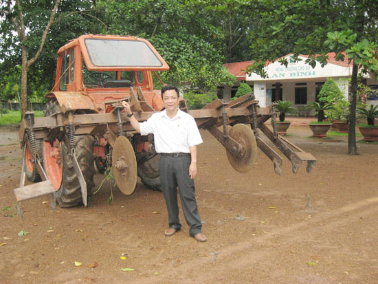 Ông Giám đốc mê khoa học và máy cắt cỏ cho vườn cao su