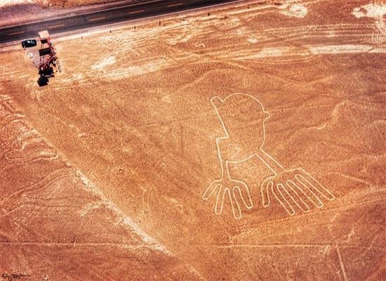 Các đường kẻ Nazca Lines được tìm thấy trên sa mạc cách Lima, Peru được xem là hiện tượng rất bí ẩn.