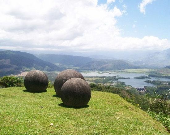 Kể từ năm 1930, hàng trăm quả cầu bằng đá này, đã được tìm thấy có kích thước từ vài cm đến hơn 2m