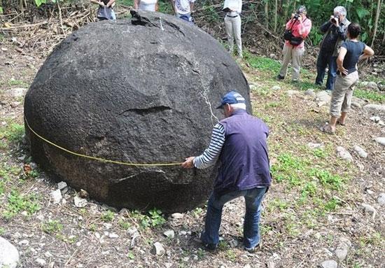 Những quả cầu lớn này là tác phẩm điêu khắc bằng đá nguyên khối được thực hiện bởi bàn tay của con người.