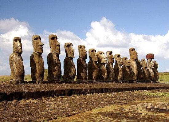 Những bức tượng hình người bằng đá khổng lồ mang tên là Moai có tuổi thọ khoảng 6000 năm.
