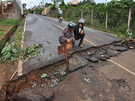 Nứt, lún đất nghiêm trọng ở Lâm Đồng
