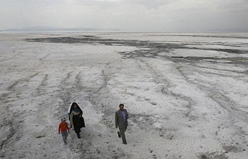 Hồ lớn nhất Iran đang biến thành…muối