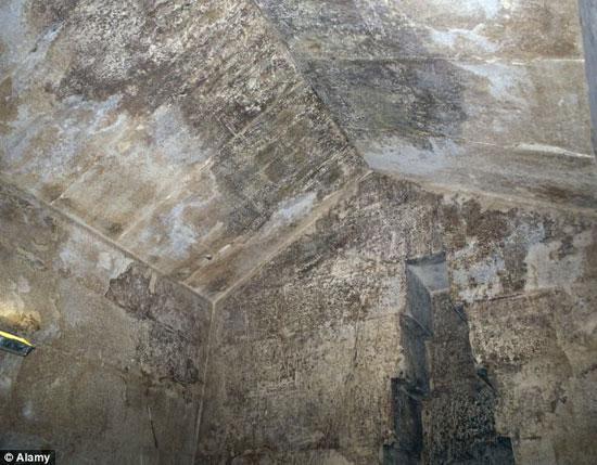 Hầm mộ của Hoàng hậu được xây bằng đá vôi.