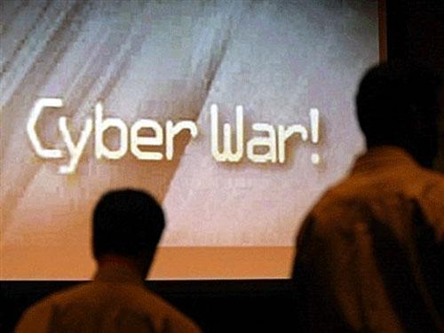 """Hàng chữ """"Chiến tranh không gian mạng – Cyber War"""" nhấp nháy trên màn hình tại một hội nghị an ninh mạng do Mỹ tổ chức"""