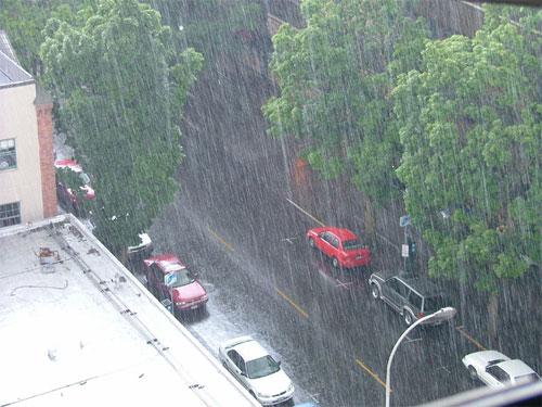 Áp thấp nhiệt đới gây nên mưa rào và dông mạnh
