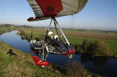 Andy Pag mơ ước khám phá nước Anh trên chiếc máy bay mini sử dụng xăng được chiết xuất từ nhựa phế thải.