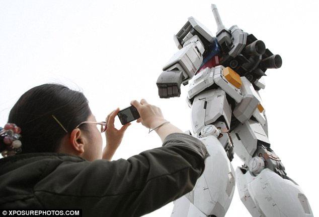 """Robot khổng lồ """"bảo vệ"""" Tokyo"""