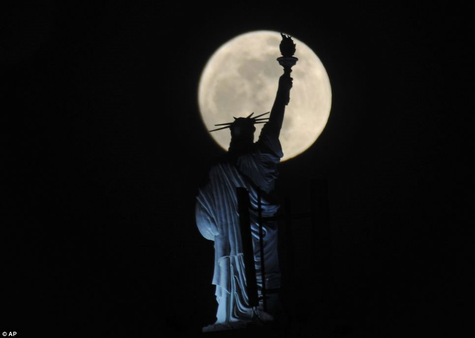 Siêu trăng trên đầu tượng thần tự do ở New York, Mỹ