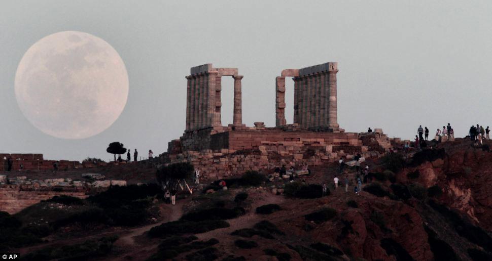 Mặt trăng mọc to nhất trong năm trên ngôi đền nổi tiếng Poseidon ở Cape Sounion, Athens, Hi Lạp.