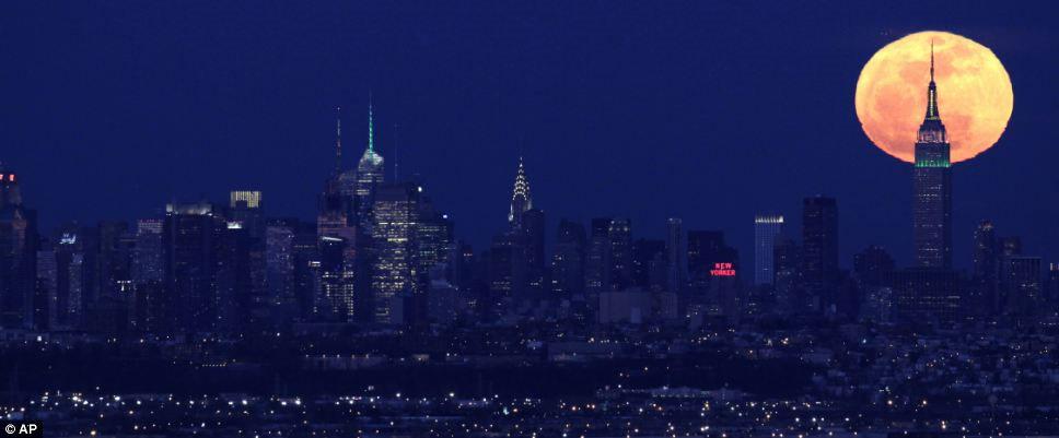 Mặt trăng sáng hơn 30% so với bình thường khi nó xuất hiện trên tòa nhà Empire State Building ở New York vào đêm qua.