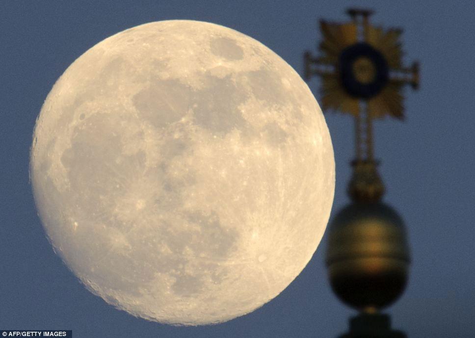 Siêu trăng được chụp từ sau nhà thờ Our Lady ở Dresden, Đức, khi trời bắt đầu tối....
