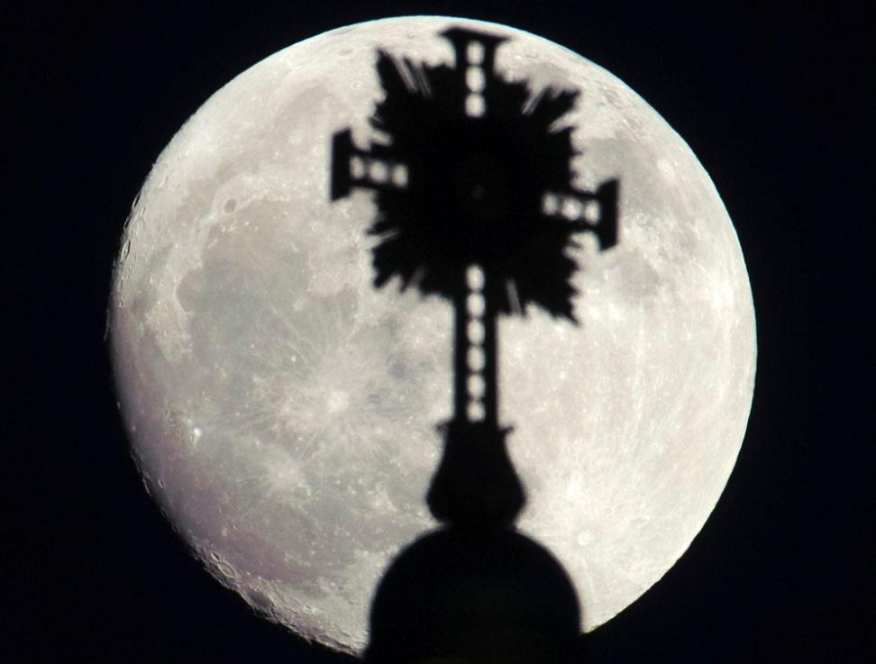 ...và mặt trăng càng sáng hơn khi trời tối hẳn.