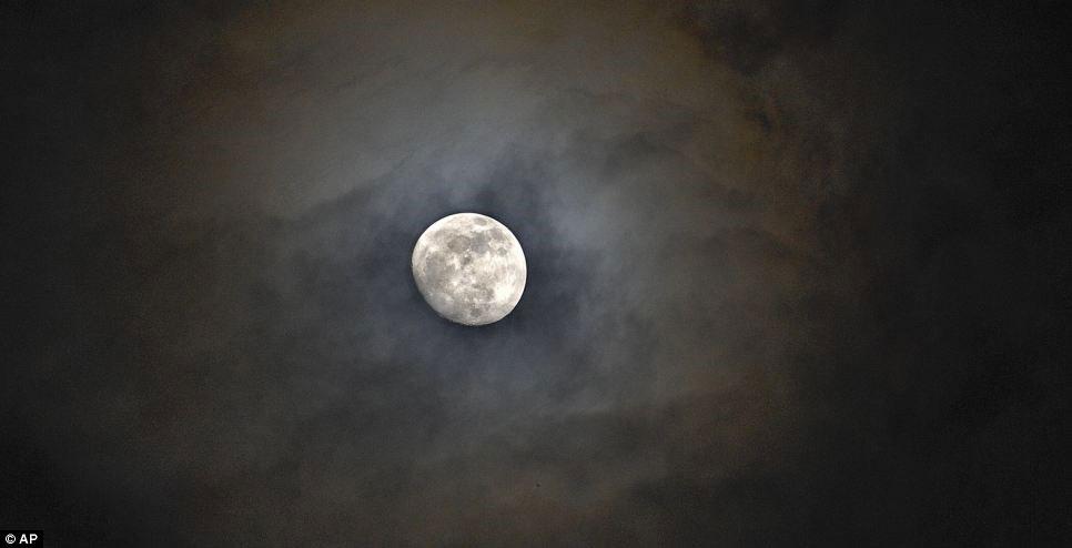 Mặt trăng bị che khuất bởi mây trên bầu trời Huntsville, Mỹ.