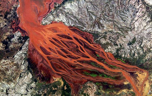 Đây là cửa sông Betsiboka ở Madagascar, có thể mang theo nhiều phù sa màu đỏ xuống biển làm xói mòn và gây nhiều thiệt hại cho khu vực