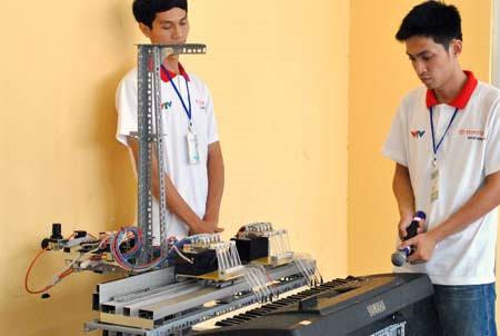 """Sinh viên chế tạo robot chơi đàn organ cực """"siêu"""""""