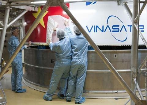 Gắn cờ Việt Nam lên tên lửa phóng VINASAT-2