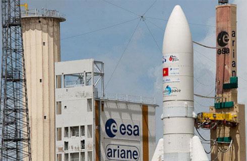 Cận cảnh vệ tinh Vinasat-2 trên bệ phóng