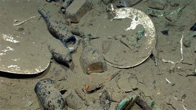 Những hiện vật được tìm thấy bên trong xác tàu đắm như đĩa, bát, chai lọ và ly uống rượu.