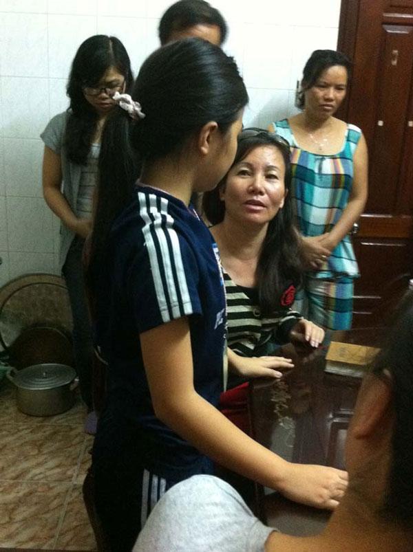 Nhà ngoại cảm Nguyễn Ngọc Hoài đang kiểm tra khả năng cảm nhận nhiệt độ của bé.