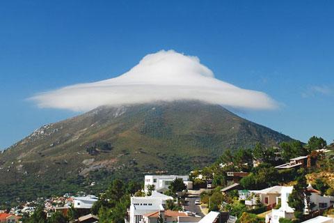 """Những đám mây tụ lại trên đỉnh núi Lion ở Cape Town, Nam Phi làm ngọn núi như được đội thêm chiếc mũ trắng tinh trong album ảnh """"Clouds That Look Like Things"""" do Hội những người yêu thích mây của Anh xuất bản."""