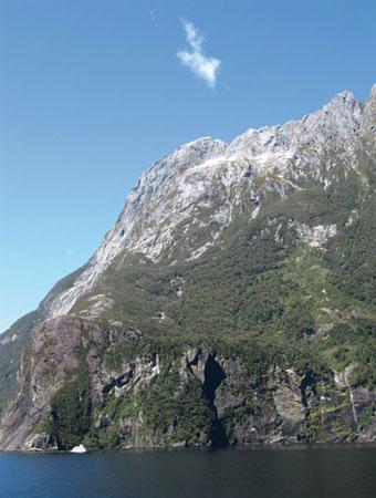 Đám mây hình mũi tên chỉ về một điều lý thú trên đỉnh núi Milford Sound, New Zealand.