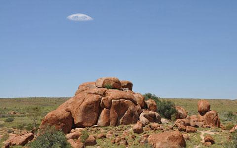 Con gái của chính tác giả bức ảnh này nhận xét rằng đám mây rất giống một phi thuyền của người ngoài hành tinh.
