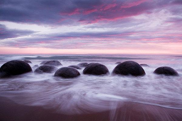 Những bãi đá tròn được tìm thấy ở rất nhiều nơi trên Trái đất và cùng với chúng là rất nhiều giả thuyết khác nhau.