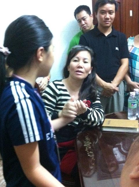 Bà Nguyễn Ngọc Hoài đang trò chuyện và khám bệnh cháu bé Th.