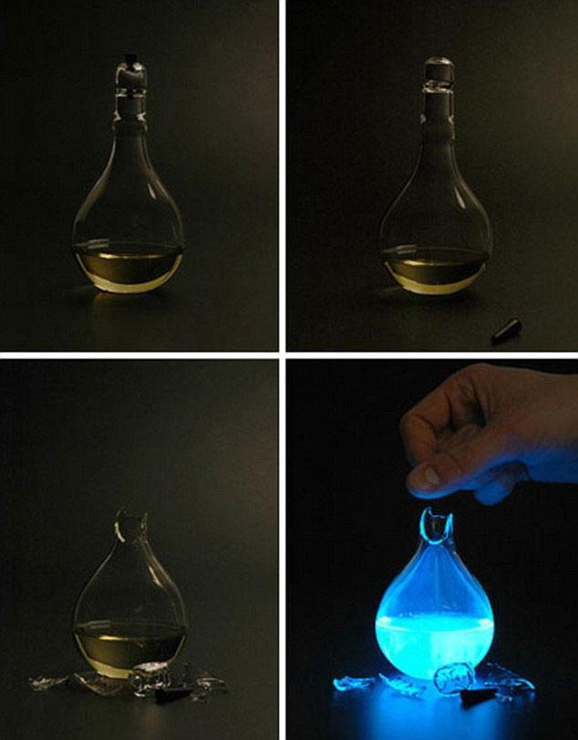 Khi máu phản ứng hóa học với dung dịch bên trong đèn, nó sẽ cho ánh sáng xanh.